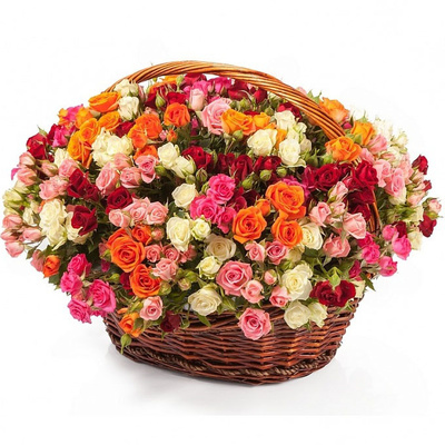 Кустовые розы в корзине