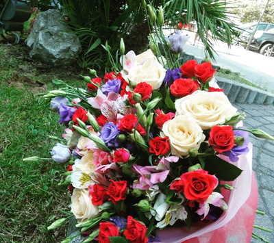 Розы с альстромерией