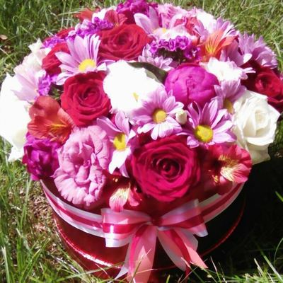 Коробка роз и хризантем