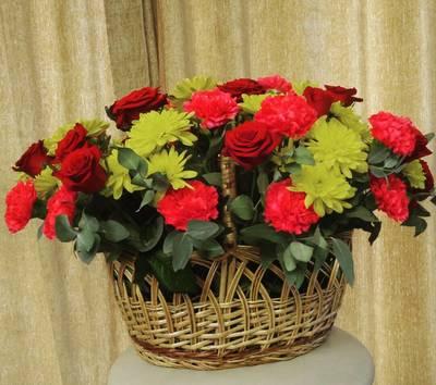 Корзина роз и хризантем