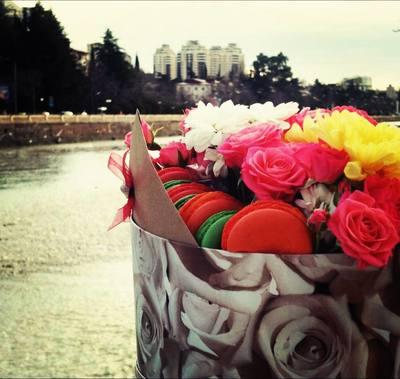 Цветы и макаронсы