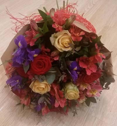 Ирисы розы альстромерии