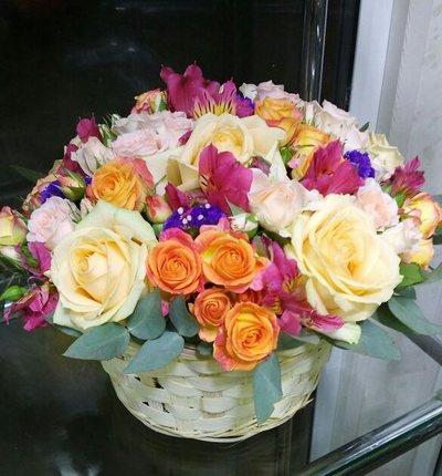 Корзина роз и альстромерий