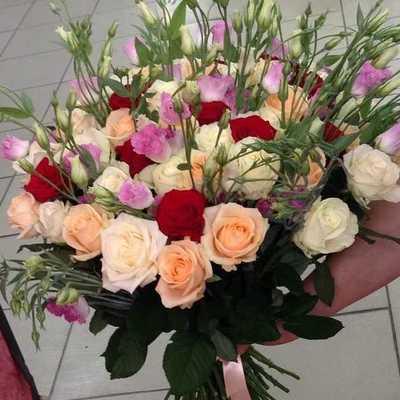 Розы и эустомы