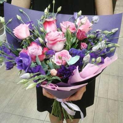 Розовые розы с эустомой
