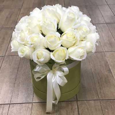 Белоснежные розы в коробке